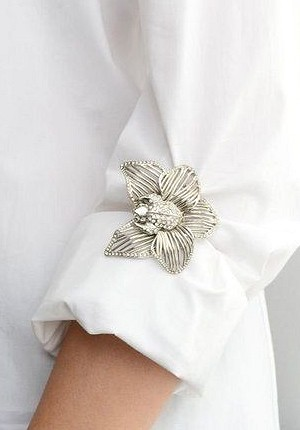 Become elegant starting with the details of the costumes with a brooch Practical and beautiful brooch